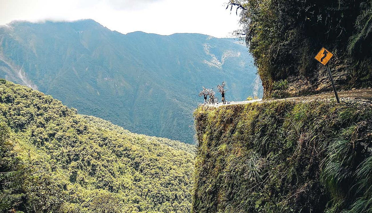 Mountainbiker am Abgrund der Death Road in Bolivien